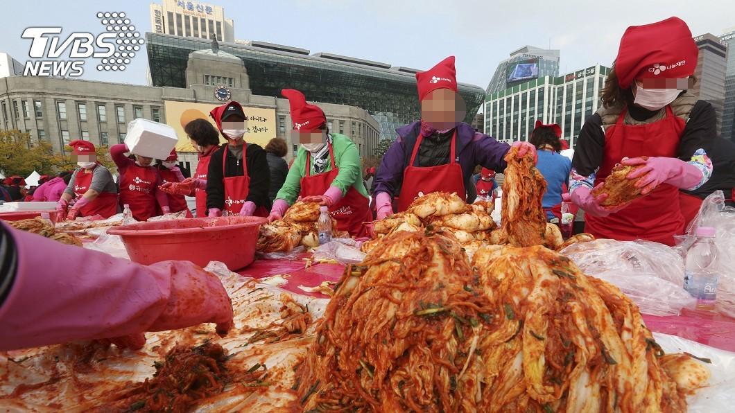 韓國人熱愛泡菜,首爾廣場定期舉行醃泡菜活動。圖/達志影像美聯社 禿頭救星? 研究:韓「這食品」有增髮