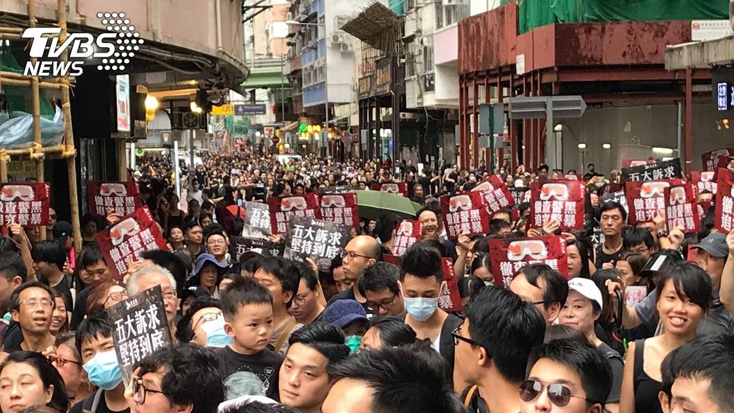818反送中集會 港人高喊香港加油。(圖/中央社) 「流水式集會」反送中人潮眾 擠滿維園6座足球場