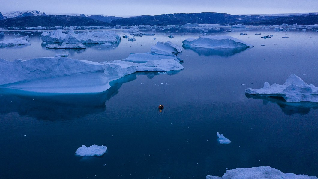 圖/達志影像美聯社 眼前冰川突然崩塌! 遊客全身被噴濕划船驚逃