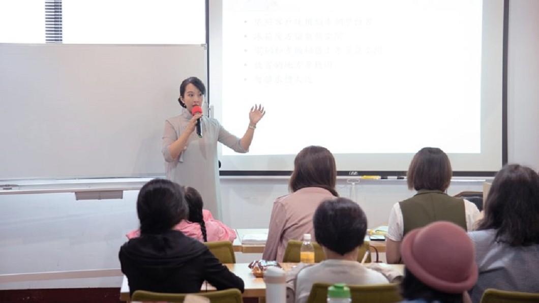 何安蒔現在有教學生,也常受邀演講。圖/翻攝藝收納 居家整理顧問 Sasha 何安蒔臉書 35歲換36份工作! 她靠「這職業」月入10萬元