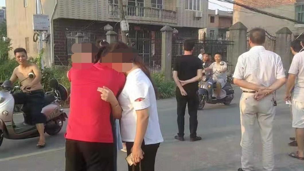 死者家人趕到事發現場,抱在一起痛哭。圖/翻攝新京報