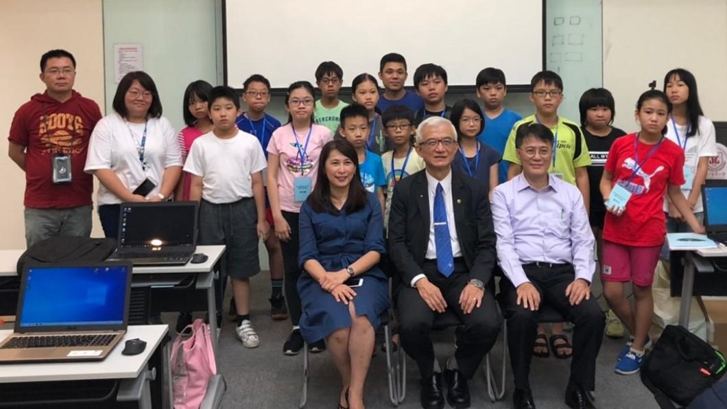 科技發展要從小札根,台北醫學大學管理學院院長暨大數據研究中心主任謝邦昌(前排中)與台灣人工智慧發展學會及台北安和扶輪社聯手,為國中小學生開辦AI營。(圖/主辦單位提供)