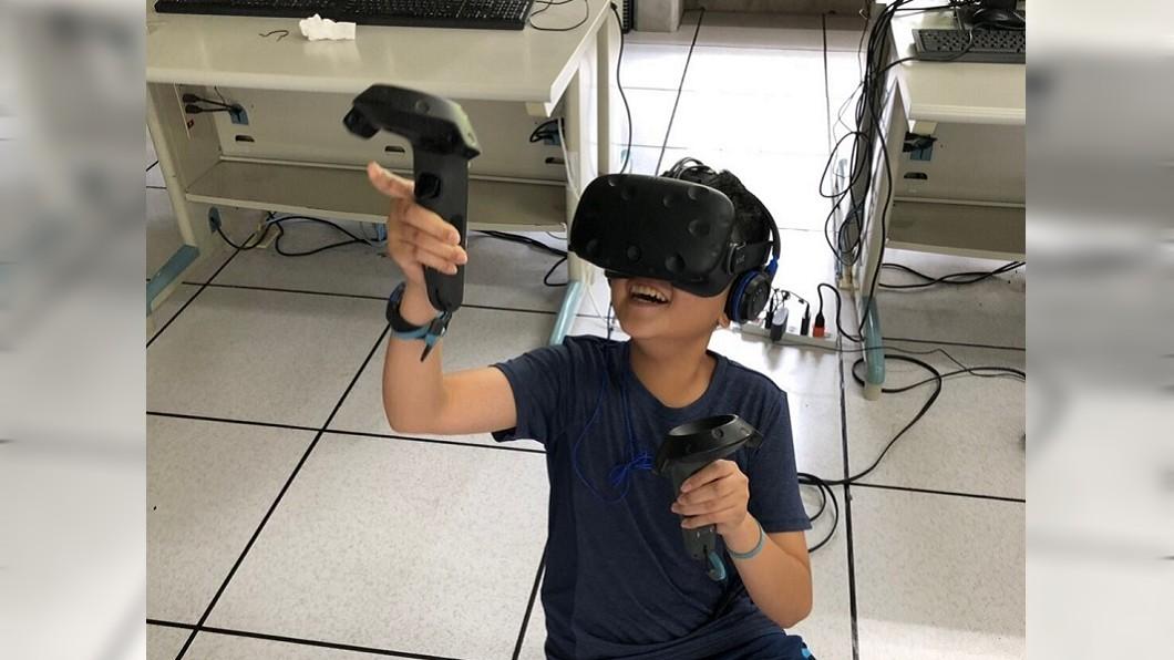 參加AI營的小朋友實地體驗VR虛擬實境的應用。(圖/主辦單位提供) AI人工智慧簡單又好玩 小學生也上手!