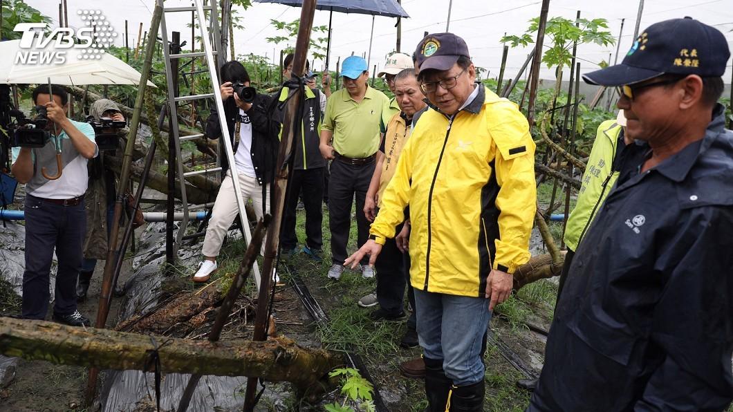 圖/中央社 雨下不斷屏東瓜果受損嚴重 潘孟安勘災