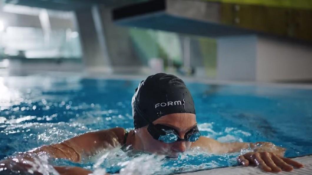 圖/翻攝自FORM YouTube 可邊游邊看泳速、距離 AR智慧蛙鏡問世