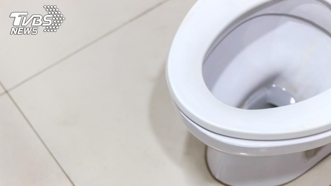 上廁所後按一下讓馬桶沖水,如此簡單的動作,很多人卻做不到。(示意圖/TVBS) 「長輩式馬桶沖水」講不聽讓她崩潰 網友:我家的也是