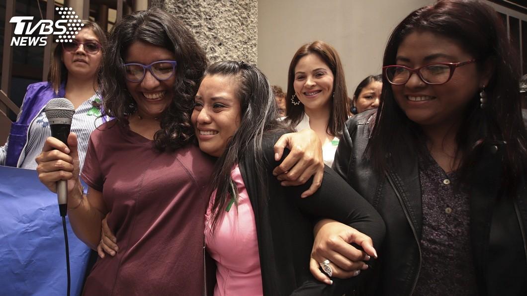薩爾瓦多一名婦人遭性侵懷孕產下死胎被判入獄30年,日前終於無罪釋放。(圖/達志影像美聯社,TVBS) 產死胎被控殺嬰判入獄30年 女上訴逆轉無罪