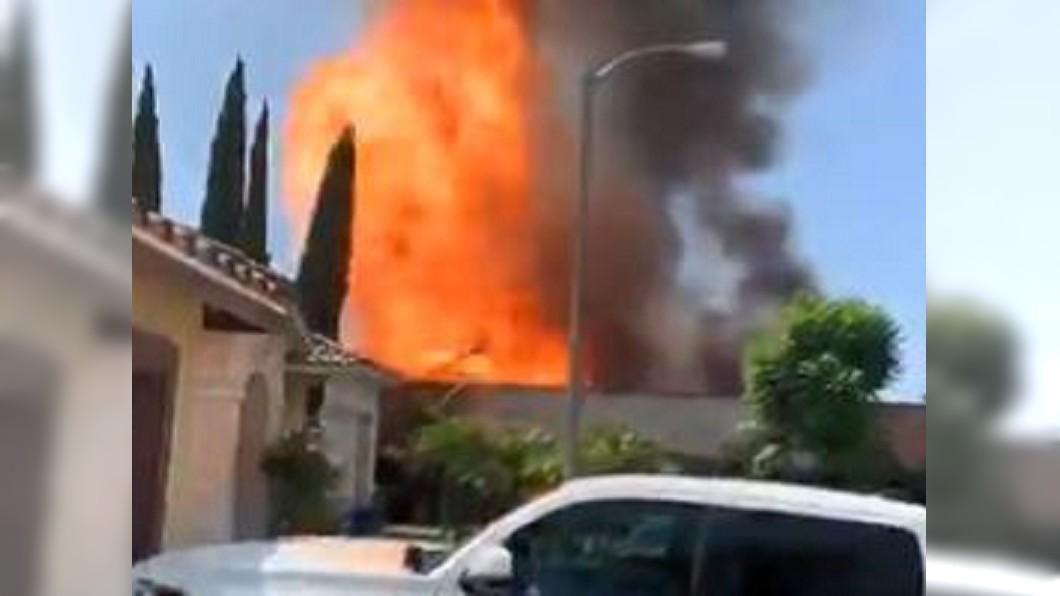 圖/翻攝自Lesley Marin twitter 非法製毒廠爆炸起火「飄化學味」! 居民:以為是空屋