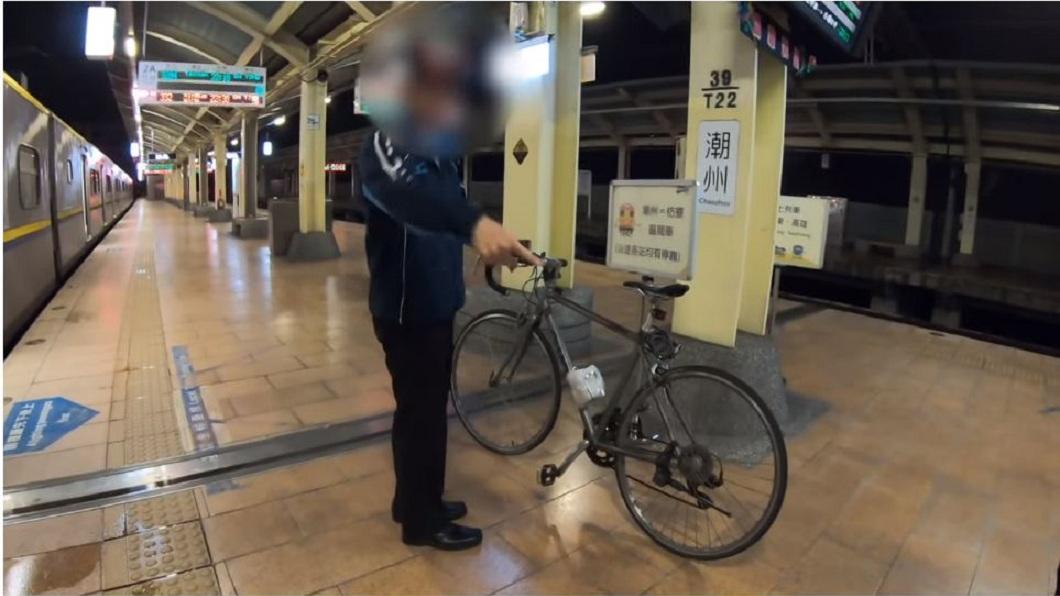 日前台鐵潮州車站出現一名奧客,攜帶腳踏車卻不按照站務員指示到規定車廂搭車。(圖/翻攝自YouTube) 奧客不依規定嗆站務員「你這種水準」 副站長霸氣拒載