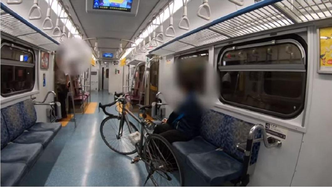 副站長表明拒載,但男子仍不聽執意進入車廂。(圖/翻攝自YouTube)