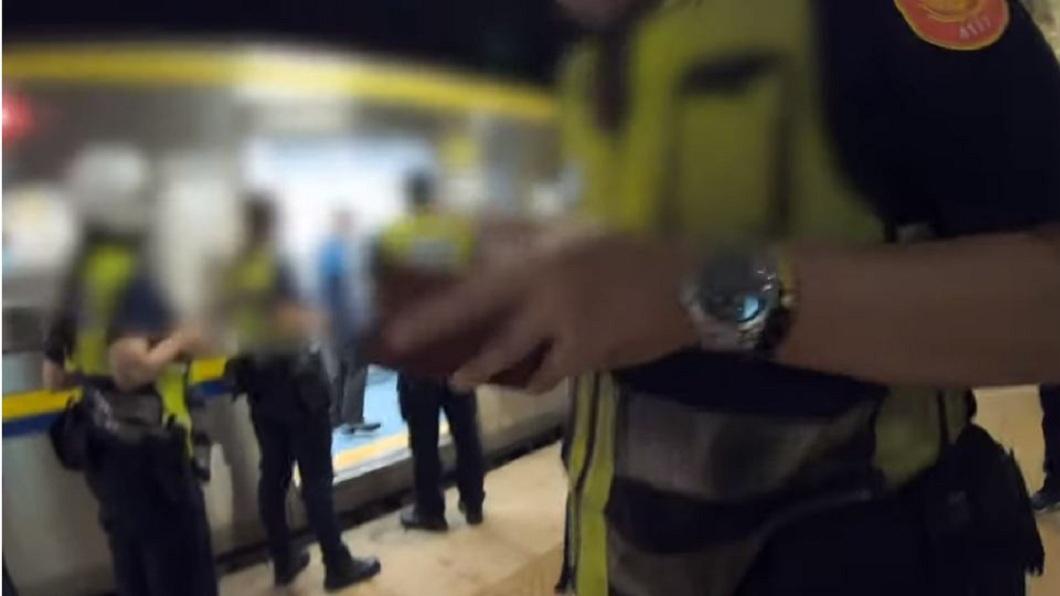 最後是出動警方到場,男子才乖乖下車。(圖/翻攝自YouTube)