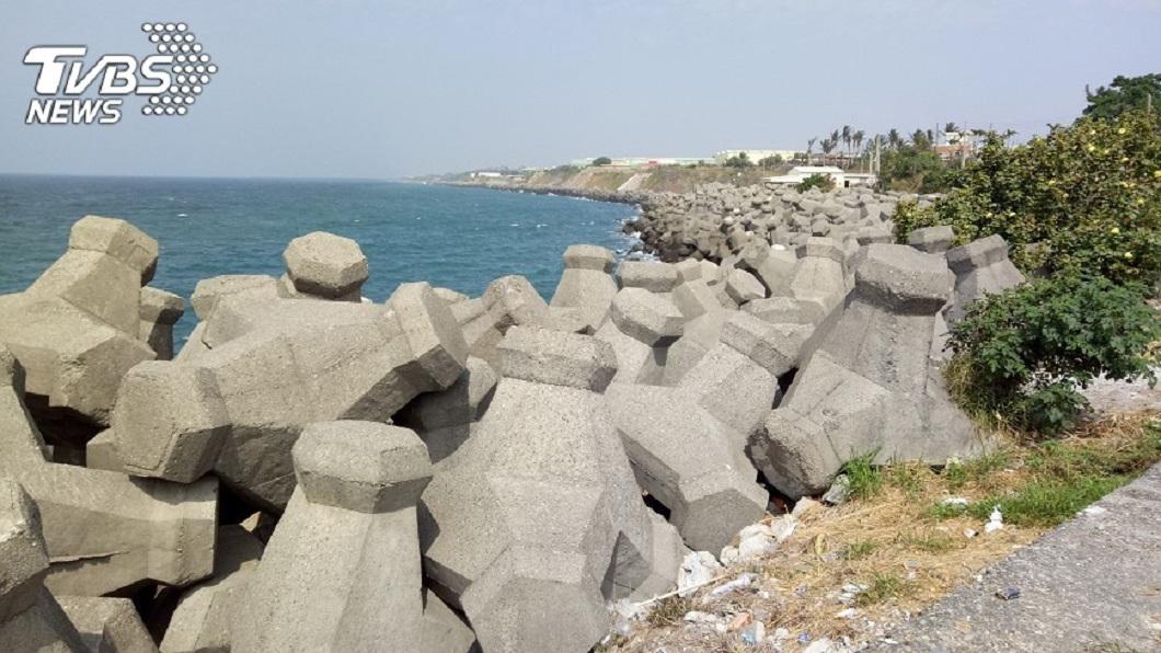 民眾到海邊遊玩時,常會看到海岸線邊有許多的消波塊。(示意圖/TVBS) 消波塊怎搬到海邊?專業網友曝:半夜去就懂了