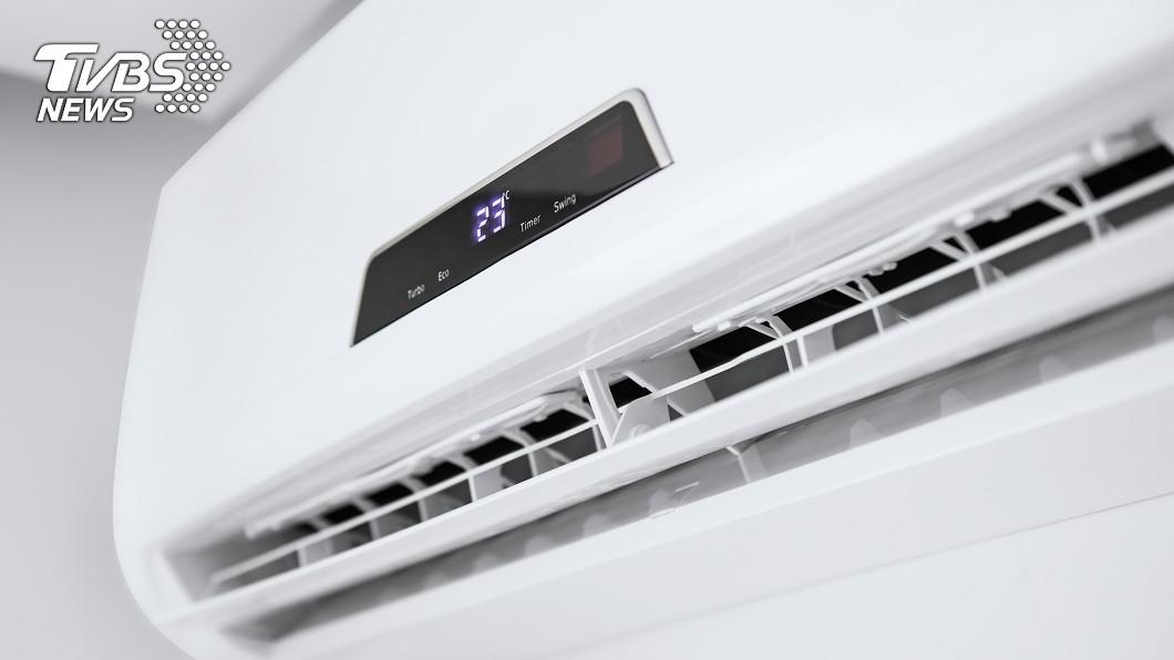 會顯示溫度的冷氣機,屬於長時間不用、拔掉插頭會省電的待機家電。圖/TVBS