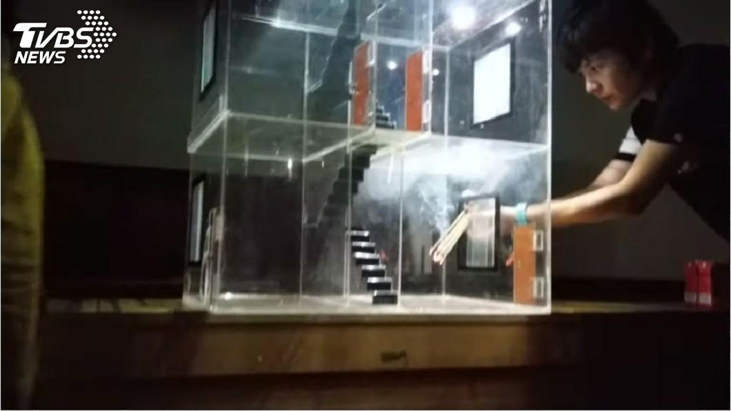 嘉義市消防局透過一個透明玻璃屋模擬火場逃生教學。(圖/嘉義市義消林維懋先生授權提供使用)