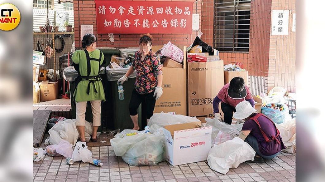譚女說蔡男一個禮拜只給她500塊買菜錢,她只好在社區收垃圾賺一點零用錢。圖/CTWANT提供 退休師日給70元過活 陸配被迫收垃圾維生