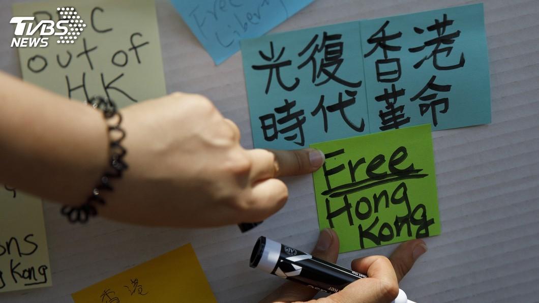 看看香港各界的執著與堅持,要信明天會更好 圖/美聯社 【觀點】「當年」與「今日」,又如何面向「明天」