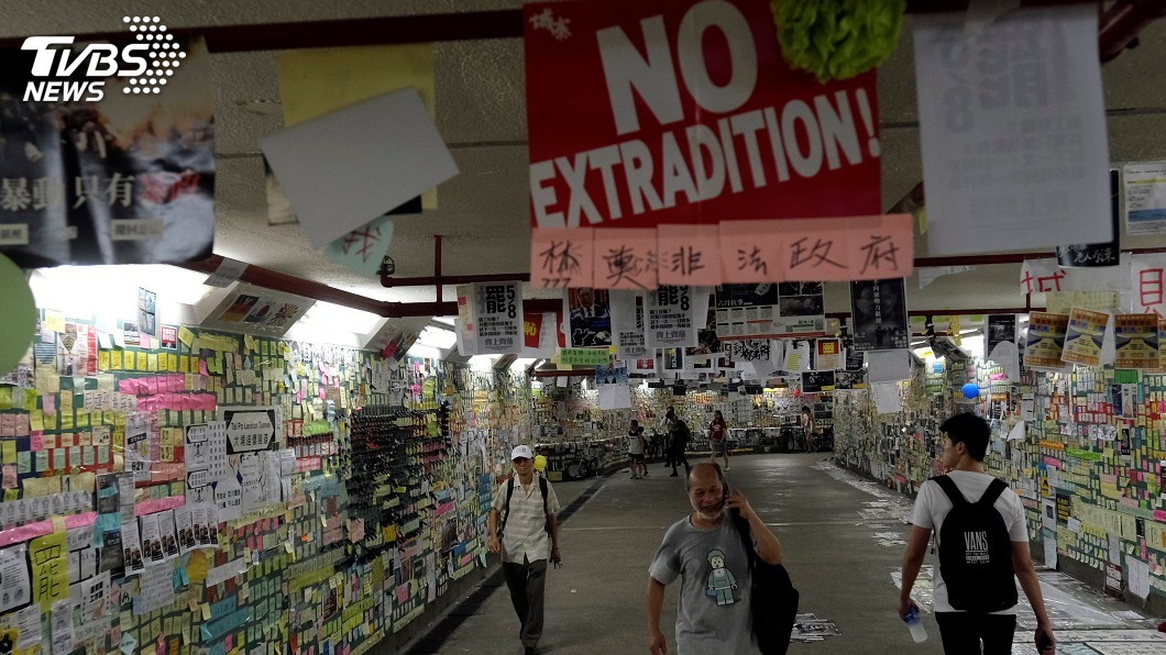 圖/達志影像路透社 香港藍儂牆前濺血!3人被砍 女記者重傷