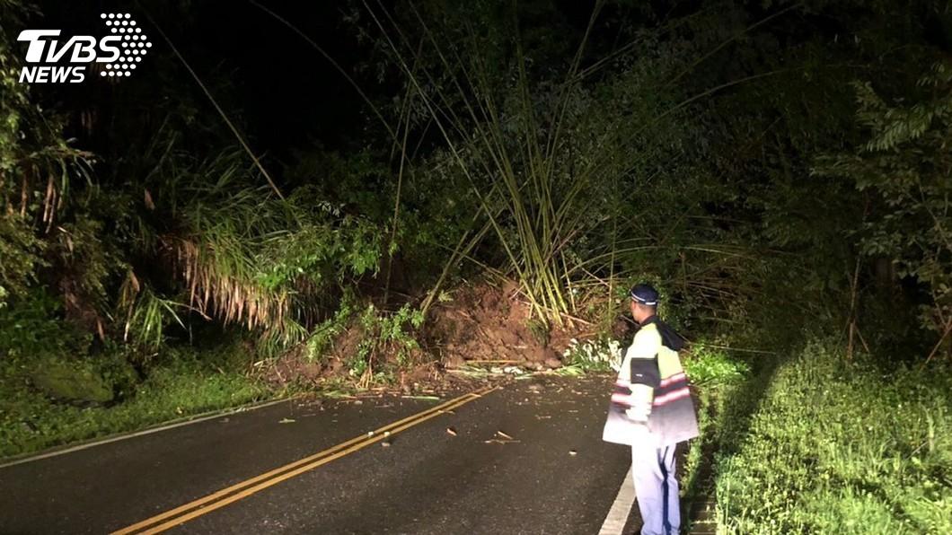 圖/中央社 阿里山公路坍方交通中斷 搶通恢復單線
