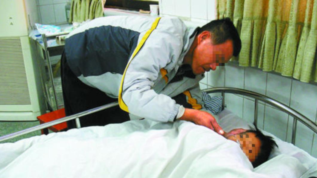 劉男照顧中毒住院的女兒,心痛不已。圖/翻攝自山羊網