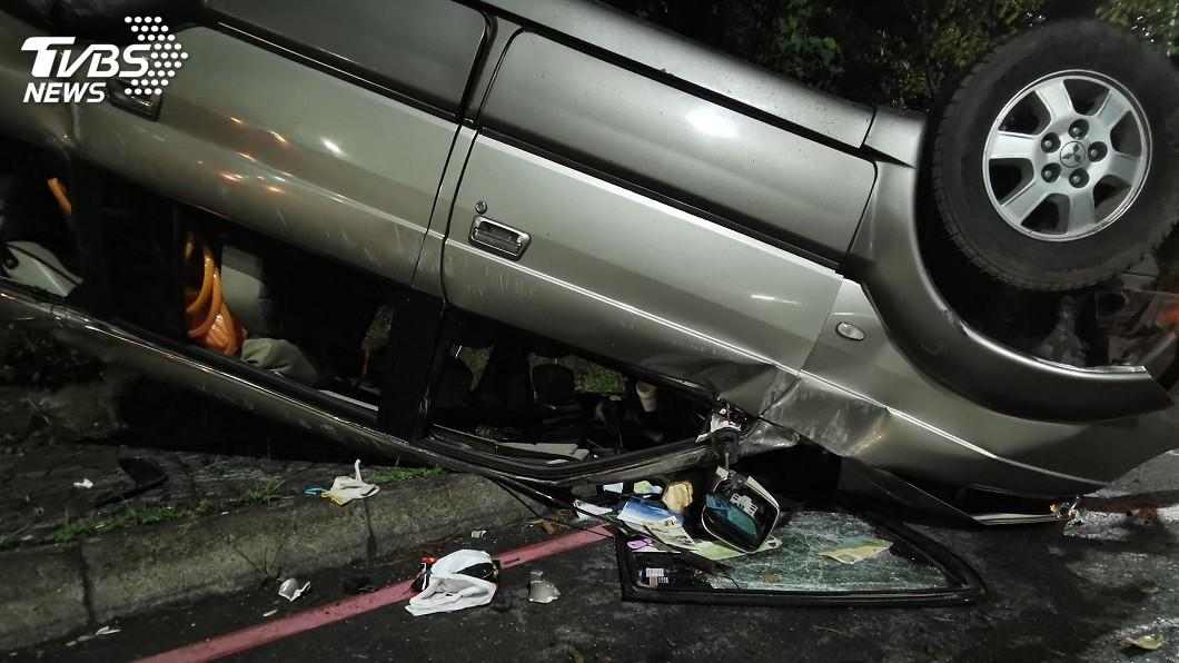 圖/中央社 15歲少年無照開車載4友外出 自撞山壁翻覆