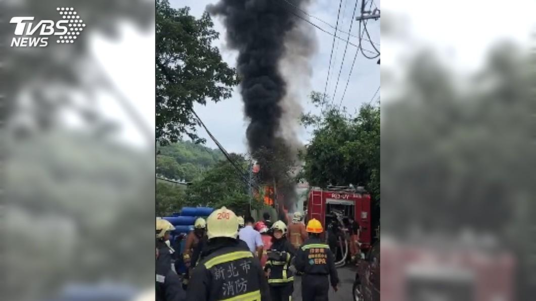 圖/TVBS 黑煙竄天!化學槽車擦撞圍籬起火 松香水工廠虛驚