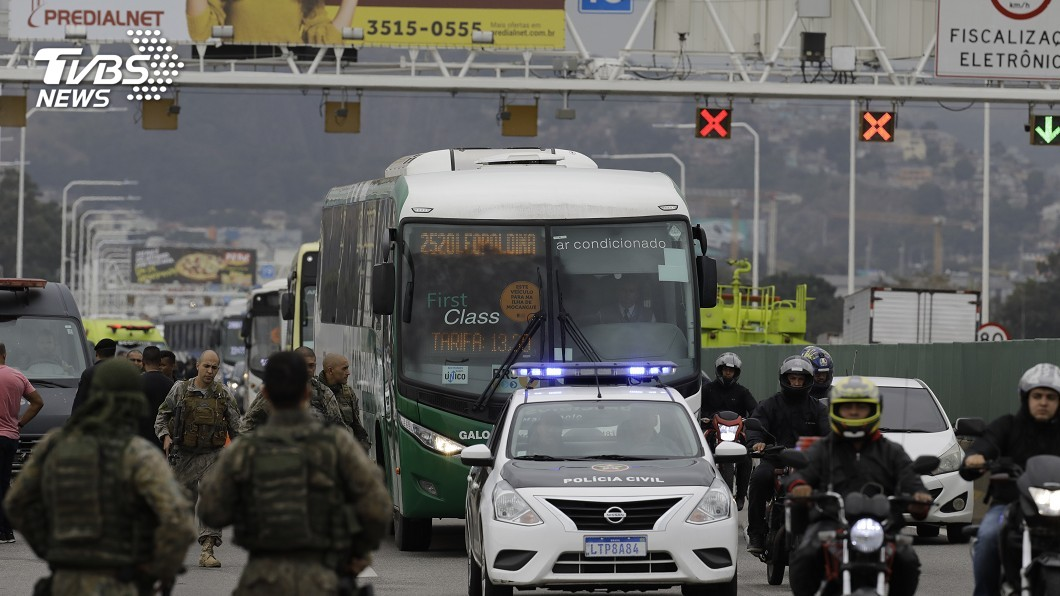 圖/達志影像美聯社 巴西男子挾持巴士 與警對峙4小時遭射殺