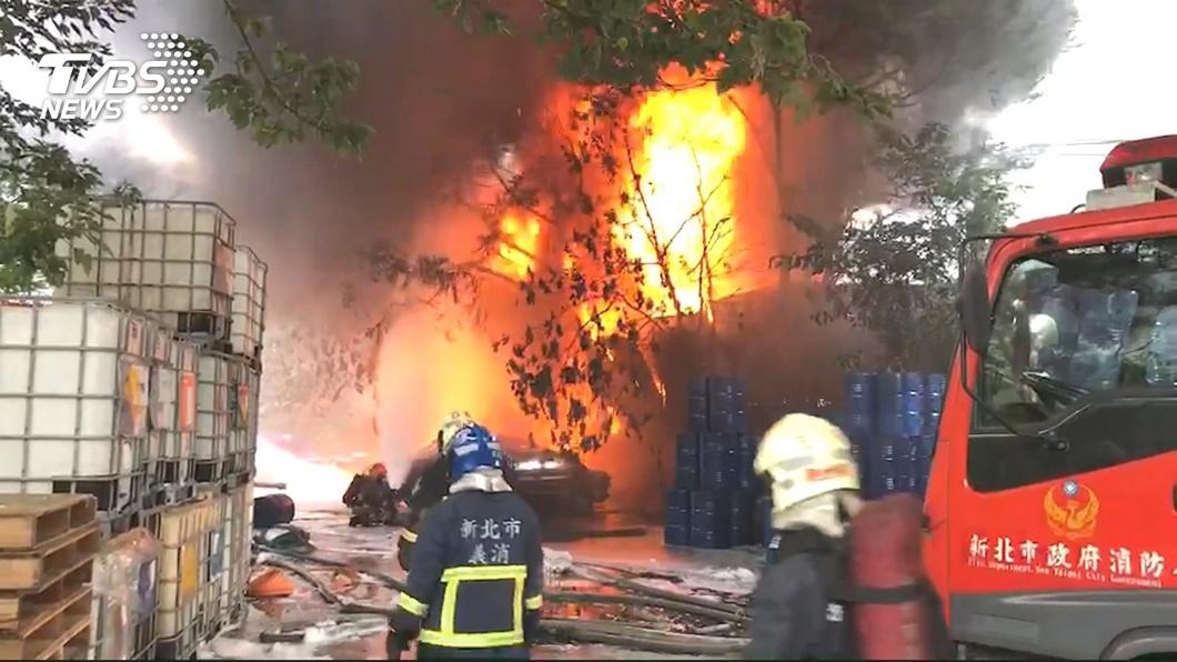 圖/TVBS 倒車撞圍籬車著火 8千公升二甲苯恐爆炸