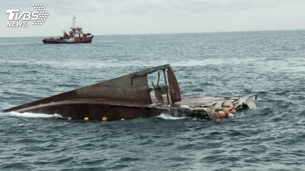 圖/中央社 漁船疑遭貨輪擦撞翻覆 1人重傷5人輕傷