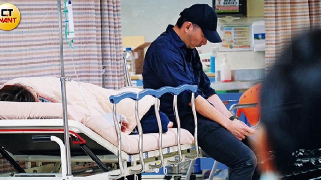 石頭現身和平醫院急診室,床邊相伴老婆狗狗。圖/CTWANT提供