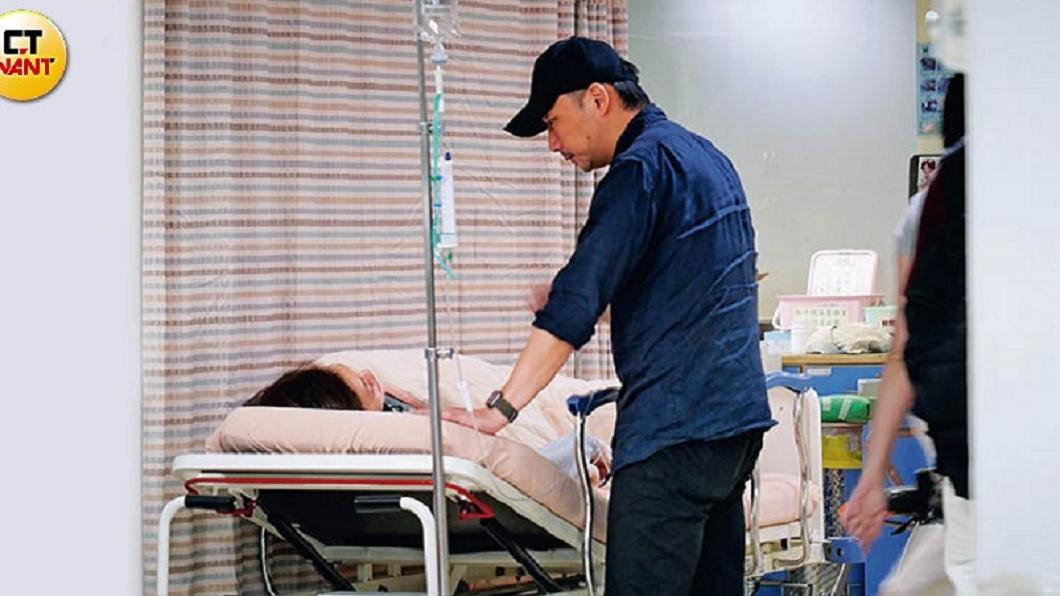 本刊直擊石頭現身和平醫院急診室,呵護陪伴就醫的老婆狗狗。圖/CTWANT提供 老婆掛急診 五月天石頭深情護妻2小時