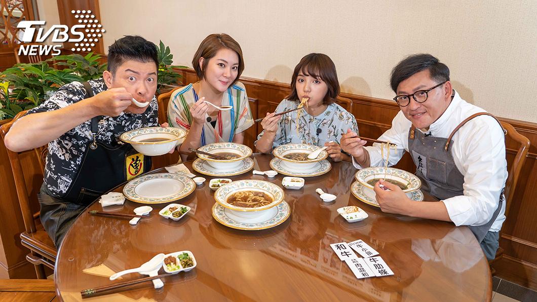 TVBS歡樂台《食尚玩家-歡樂有夠讚》(左起)曾國城、楊雅筑、Dora、詹姆士四人為搶食頂級料理 各出奇招。圖/TVBS 相隔10年出《食尚玩家》外景 曾國城緊張到失眠