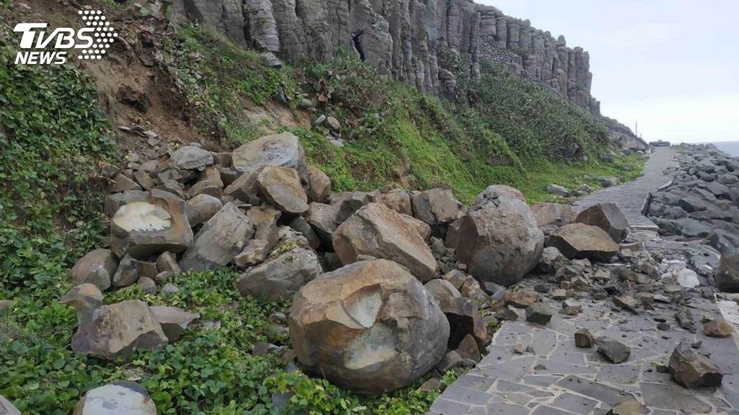 圖/中央社 遊客小心!澎湖連日降雨 桶盤嶼玄武岩出現落石