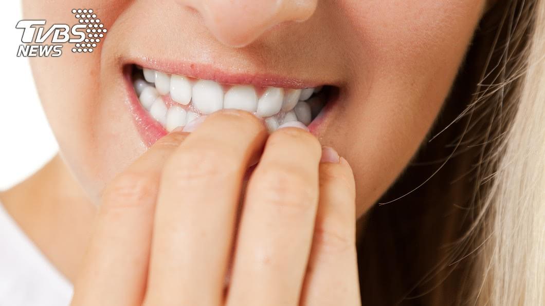 有些人有咬指甲的壞習慣。示意圖/TVBS 他狂咬指甲「手爛到不行」 網激推神奇小物:2天戒掉