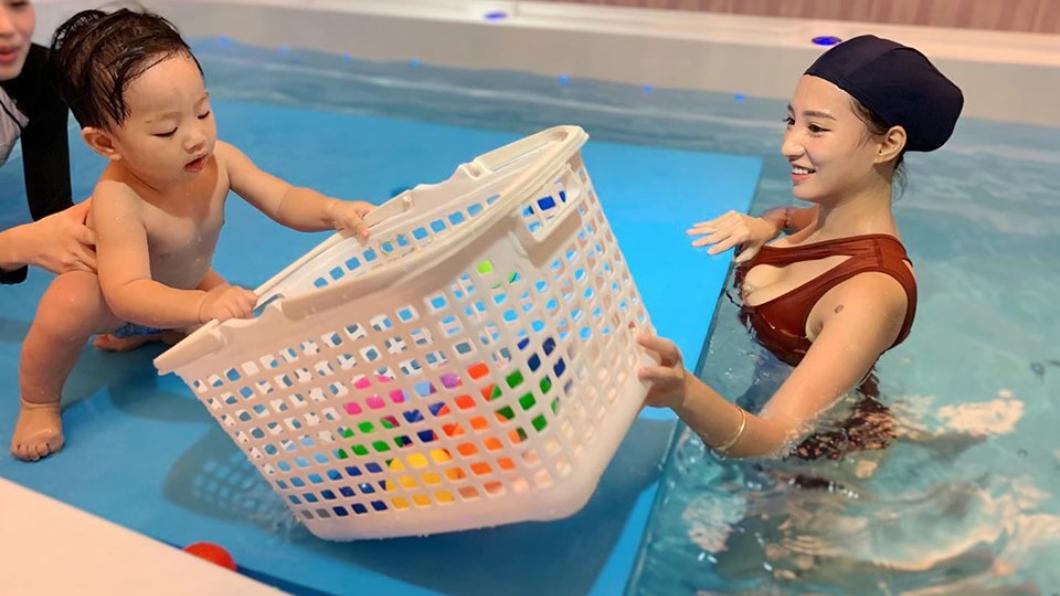 林采緹帶兒子游泳。圖/翻攝自林采緹IG