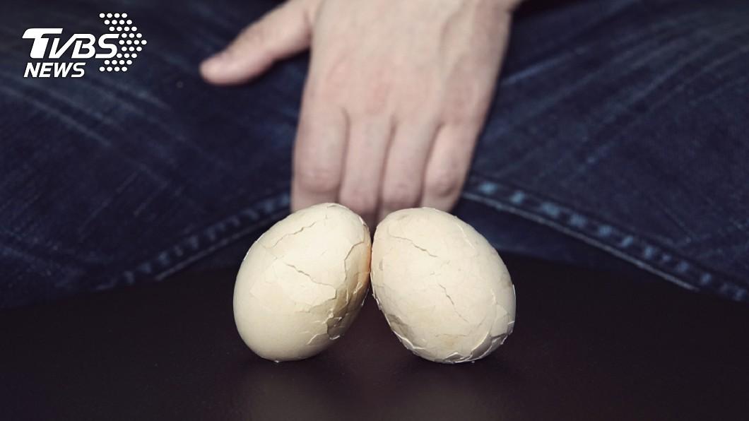 泰國一名男子遭女性友人猴子偷桃,導致睪丸紅腫疼痛,嚴重恐面臨切除命運。(示意圖/TVBS) 紅粉知己玩「偷桃」嗨過頭 男那話兒被捏爆恐切除