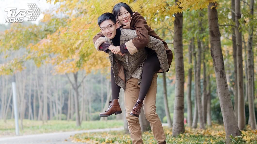 男生揹起女生,這舉動常被視為是親密的互動。(示意圖/TVBS) 旁邊有手扶梯…男卻揹女友爬樓梯 網讚:學起來