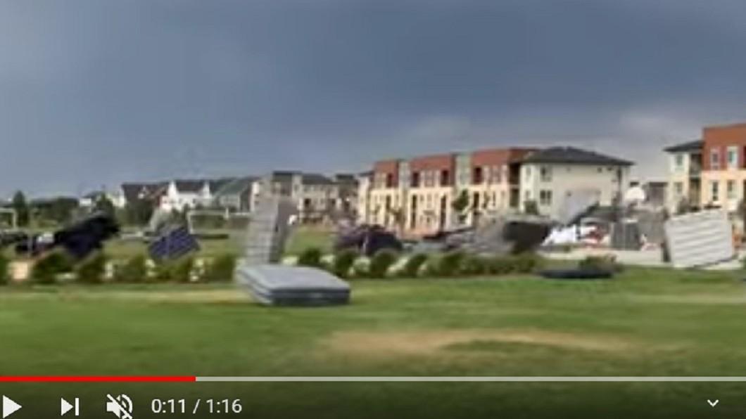 床墊們隨風翻滾。圖/翻攝Robb Manes YouTube 翻滾吧床墊!150張床隨風翻滾 網笑:大遷徙
