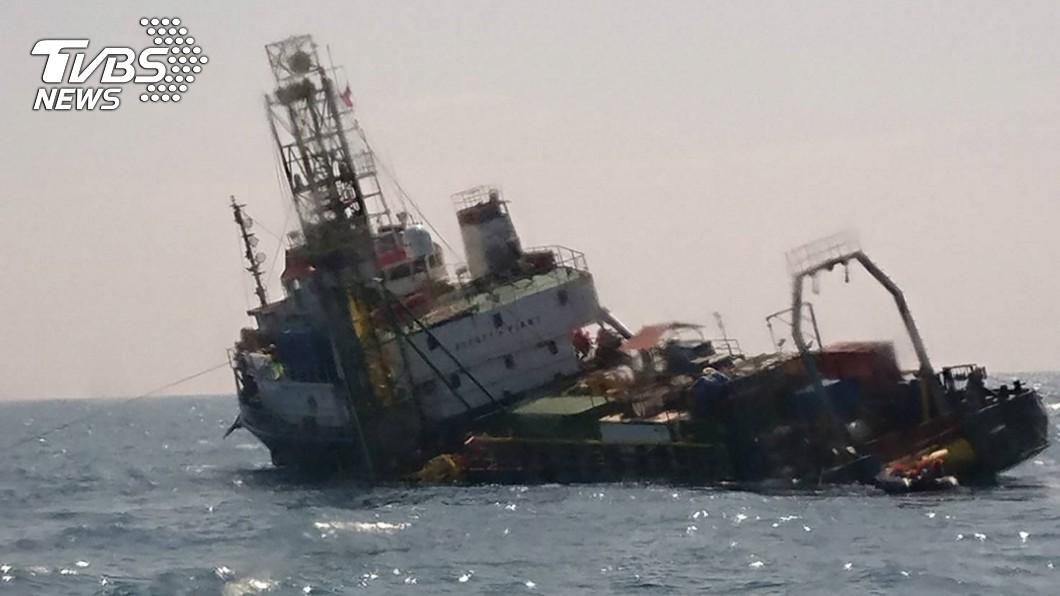 圖/海巡署中部分署提供 離岸風機工作船傾斜進水 海巡馳援救出40人