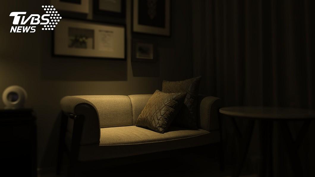 屋主把監視器畫面上傳到網路。示意圖/TVBS 監視器拍到「詭異白影」飄出 網驚:家裡有人過世嗎?