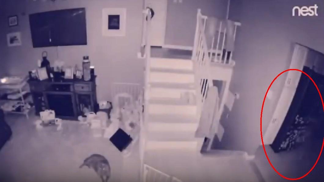 監視器拍到詭異白影。圖/翻攝自YouTube