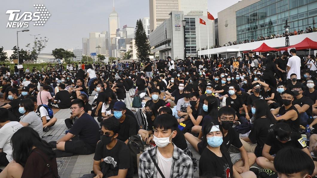圖/達志影像美聯社 白衣人暴力事件滿月 元朗地鐵又見衝突