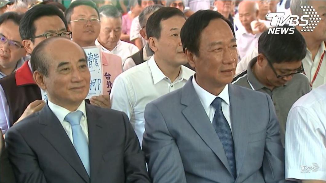 國民黨議員吳世正於後方舉牌。圖/TVBS