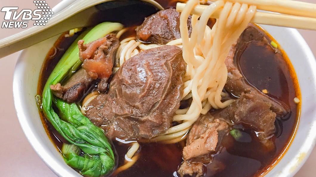 原PO在外送平台向牛肉麵餐館訂餐。示意圖/TVBS 她訂外送被收「塑膠袋75元」 網友全驚呆