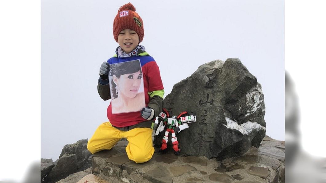8歲的鄒澤綱帶著媽媽遺照攻頂玉山。圖/鄒品為授權使用 想離媽媽近一點! 8歲男童「帶母遺照」攻頂玉山