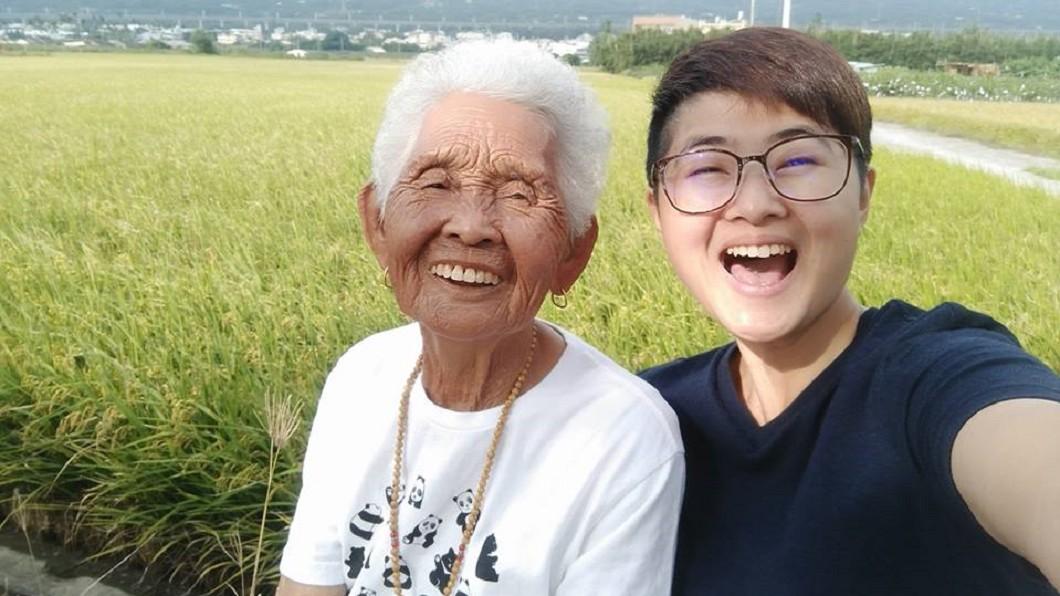 快樂姊66(右)邀阿嬤拍片,讓「快樂嬤」成為全台最年長網紅。圖/翻攝6YingWei快樂姊臉書 最老網紅「快樂嬤」辭世 孫女泣:再也不會回來