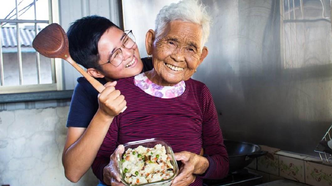 快樂嬤分享傳統料理的做菜影片,很多網友都學起來下廚。圖/翻攝6YingWei快樂姊臉書