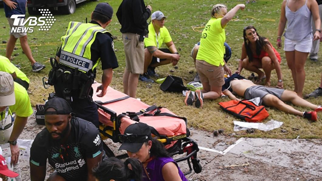 圖/達志影像美聯社 落雷劈樹碎屑四射 美高球賽6名觀眾受傷