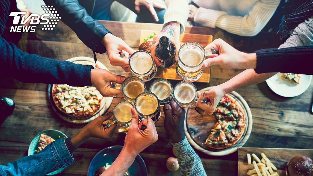 親朋好友聚會在一起吃飯聊天是常很開心的事情。(示意圖/TVBS) 吐出就不收錢!女拒付慶生趴4800 當街吐出友全被噴