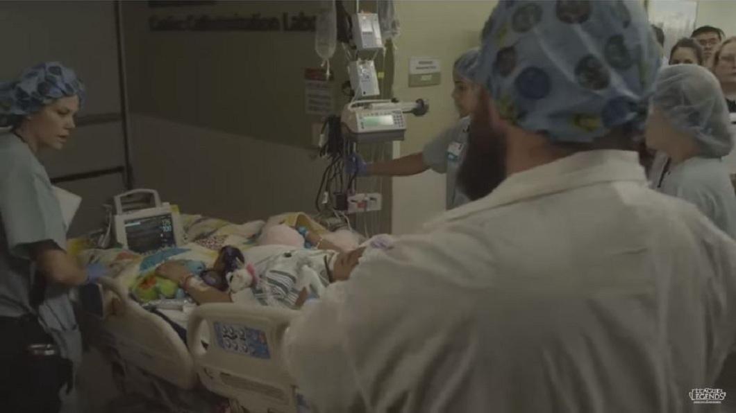 家屬無私的大愛,讓小女孩的器官拯救了81位命危的病患。(圖/翻攝自YouTube)