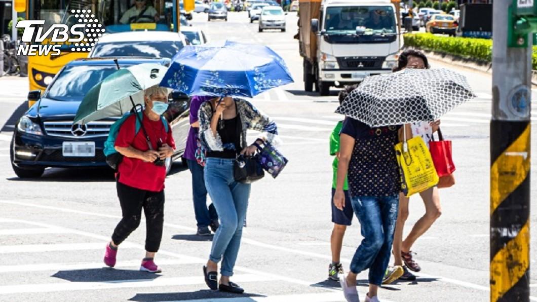 全台氣溫回升,民眾外出記得做好防曬。圖/TVBS 12號颱風「楊柳」將生成 預估這天起變天
